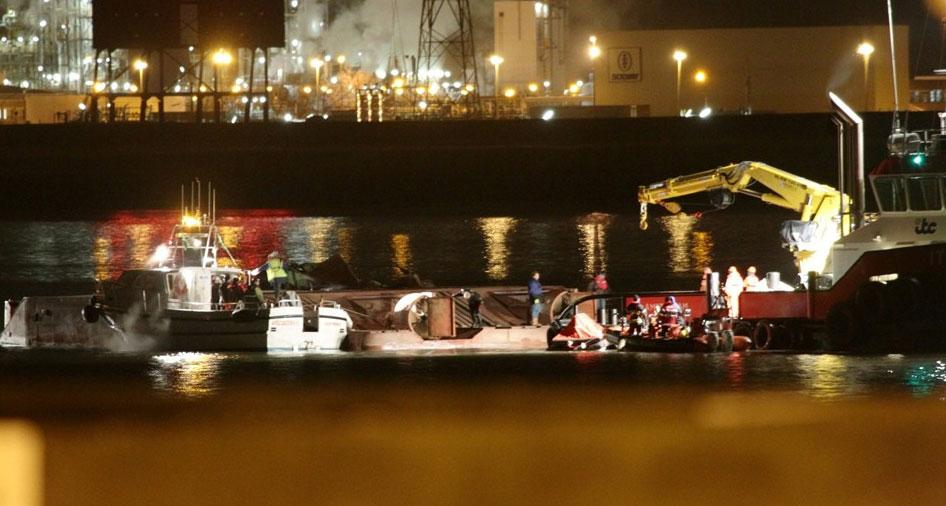 On a pic from http://album.gva.be/foto-album/gezonken-baggerboot-op-de-schelde.aspx bottom of capsized DK 31.