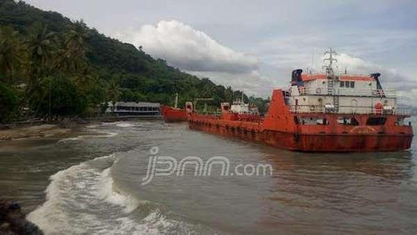 Vessels aground off Merak